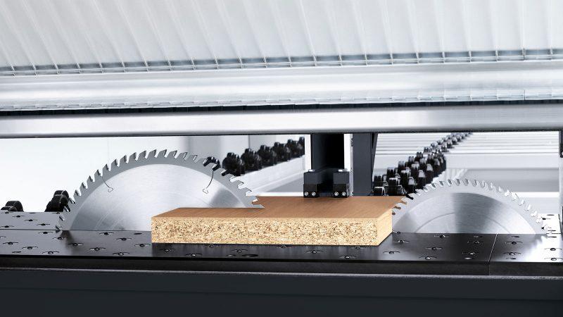 Dispositivo de presión lateral central: integrado directamente en el carro de la sierra, lo que reduce los tiempos de ciclo