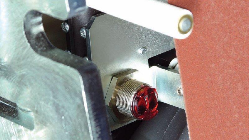 Control de oscilación de la correa de lijado sin contacto para proteger los bordes de la correa